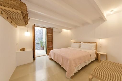 Schlafzimmer mit Außenbadezimmer