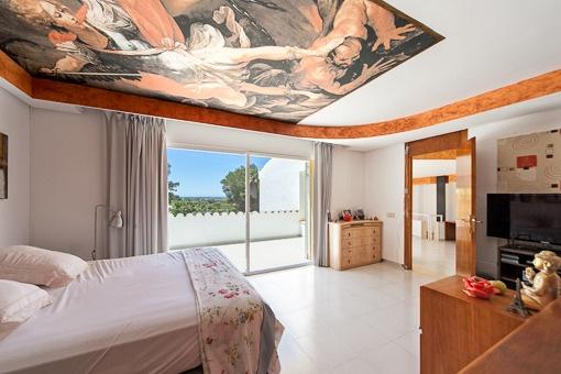 Lichtdurchflutetes Schlafzimmer mit Balkonzugang