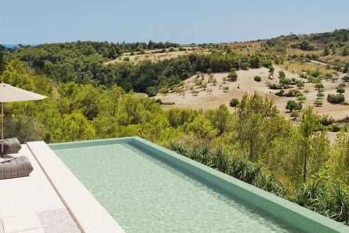 Pool umgeben von Natur