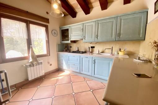 Küche mit Holzdeckenbalken