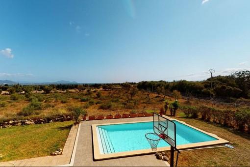 Blick über den Swimmingpool auf die Umgebung