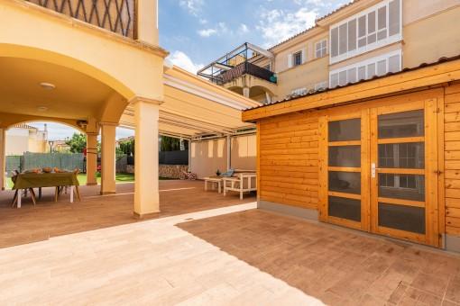Terrasse mit Gartenhaus
