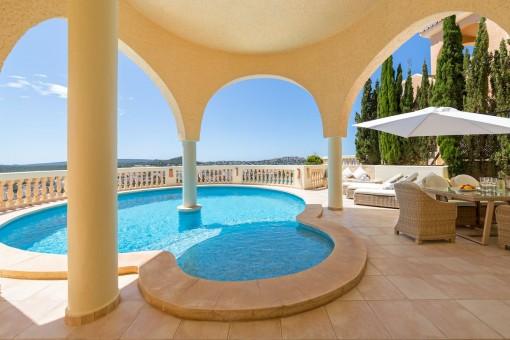 Poolbereich mit herrlichen Meerblick