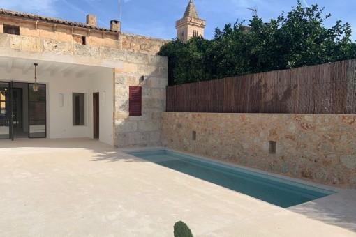 Schönes, komplett renoviertes Dorfhaus mit Garten, Pool und Garage in Son Carrió