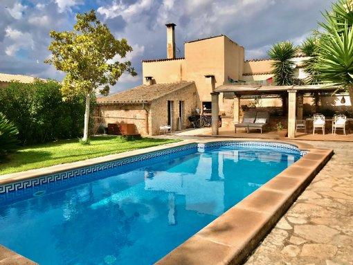 Stadthaus in mallorquinischen Stil mit separaten Gästebereich, beheizbaren Pool und Hotellizenz in Sineu