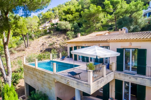 Schöne Villa in Hanglage mit Blick auf die Bucht von Canyamel